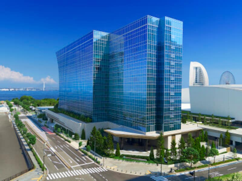 2020年9月にみなとみらいに開業した「ザ・カハラ・ホテル&リゾート横浜」。外観は、波が寄せては返す「汀(みぎわ)」をイメージ(画像提供:ザ・カハラ・ホテル&リゾート横浜)