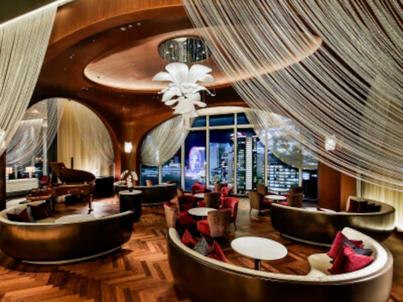 ウッディな風合いとクラシックモダンな空間が印象的な「ザ・カハラ・ラウンジ」(画像提供:ザ・カハラ・ホテル&リゾート横浜)