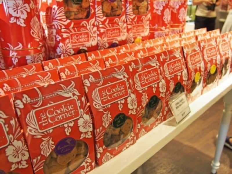 赤いハイビスカス柄のパッケージがハワイらしいバイトサイズクッキー(9.50ドル)