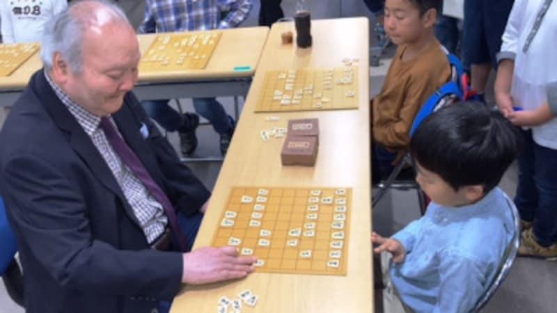 ガイドの主催する将棋教室の子ども達への指導
