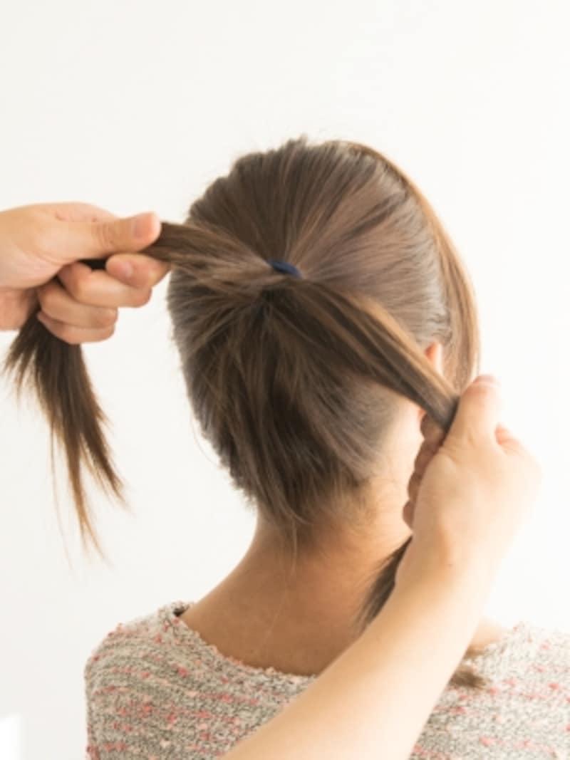 【ポニーテールの結び方】毛束を左右に引っ張る