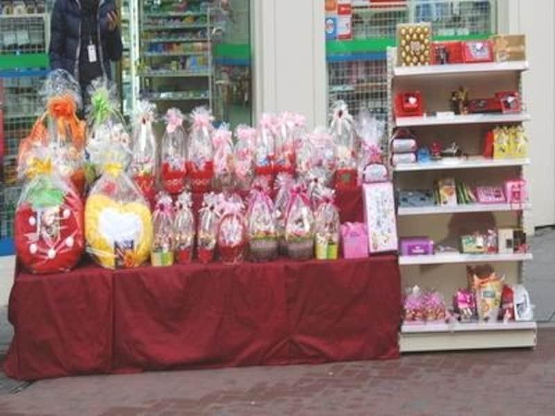 バレンタインシーズンになると、ラッピングされたチョコやプレゼントが店頭に並びます。大きなバスケット入りのものも人気があります