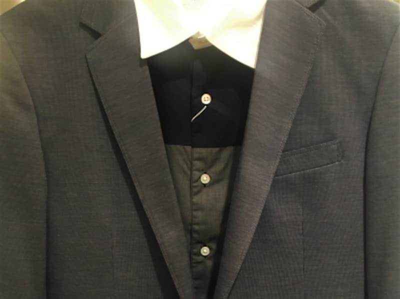 カジュアルジャケットに合わせる「カジュアル襟シャツ」は、第一ボタンを留めて襟のよれを防ぐ!
