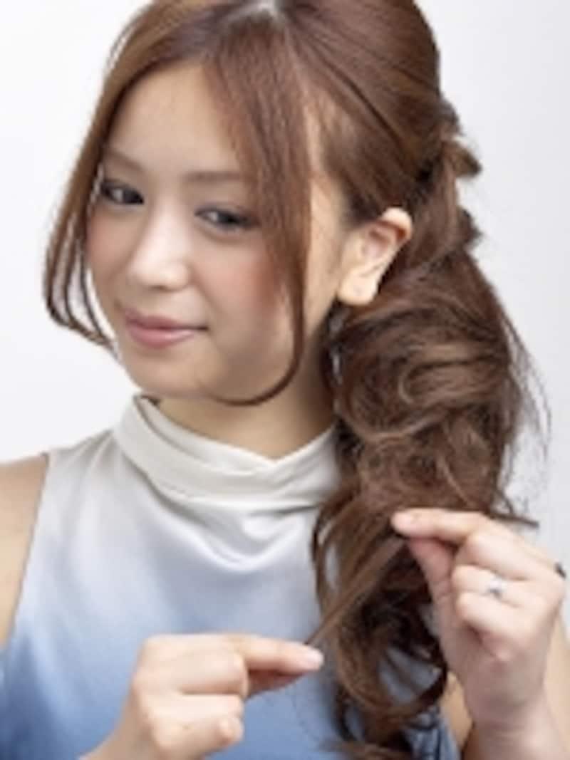 逆毛を立てた後ハードスプレーをすることで、柔らかいカールの質感を固定できる