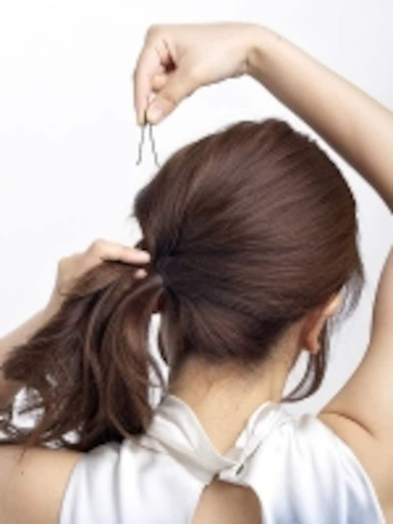 アメピンで止めた後、さらに後頭部の毛束を引き出しボリュームをだす