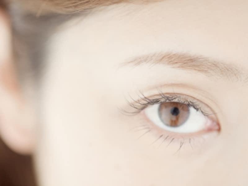 日本人の瞳の色をよく見ると、茶色や緑色のニュアンスが含まれています。