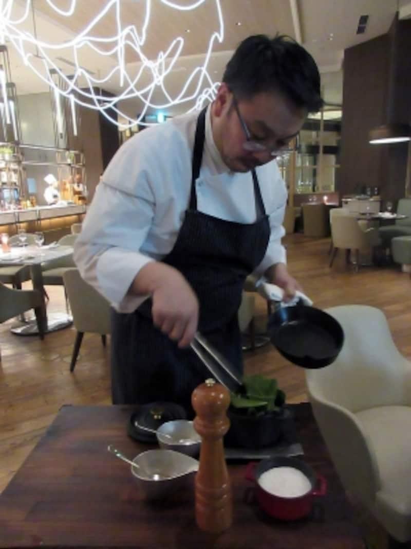 総料理長の水口雅司氏とほうれん草の蒸し焼き