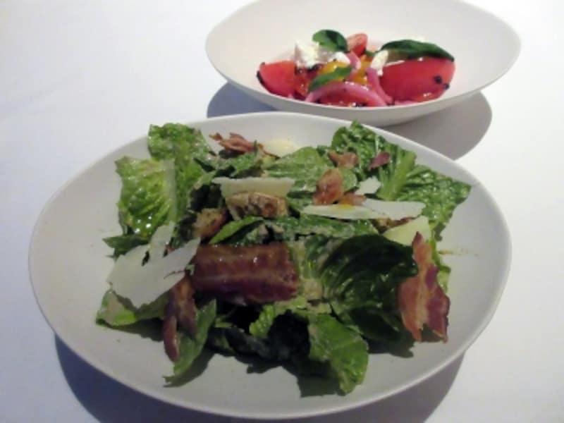 完熟トマト、リコッタチーズとレッドオニオンのサラダ(奥)、ザ・ステーキハウスシーザーサラダスモークベーコンとパルメザン(手前)