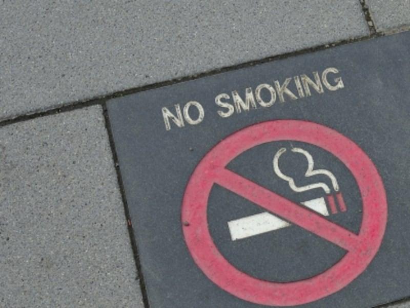 歩道上に示された禁煙サイン