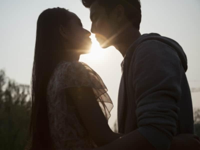 遠距離恋愛のつらさもあるが、さらに不倫の恋。体験者の声とは。