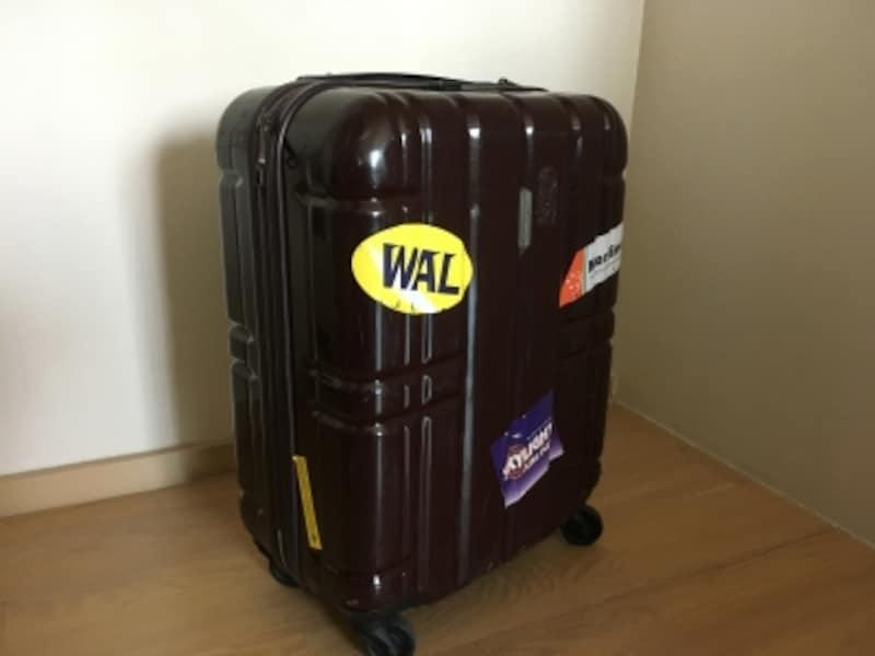ハードタイプのスーツケースには、ステッカーを貼ってオリジナルに仕上げられる