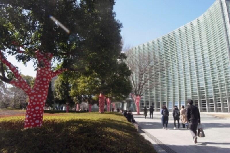 国立新美術館前の木々も草間モードに!