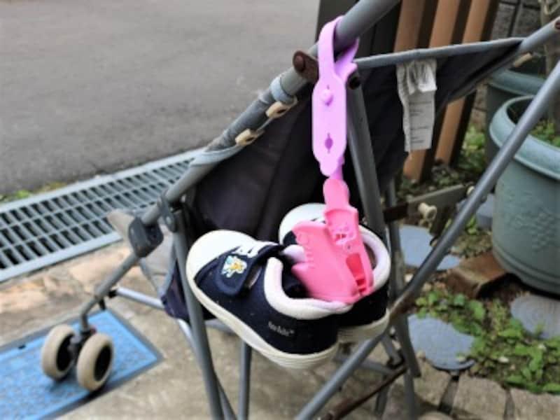 ベビーカーでのお散歩中に靴を失くさないベビーシューズクリップ