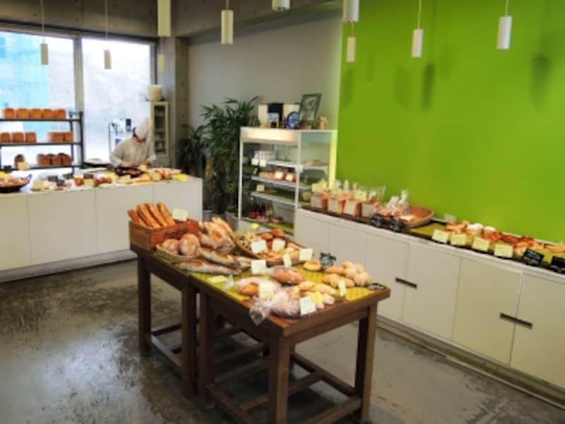 ハード系からお総菜パンや菓子パンまでさまざまなパンが並ぶ
