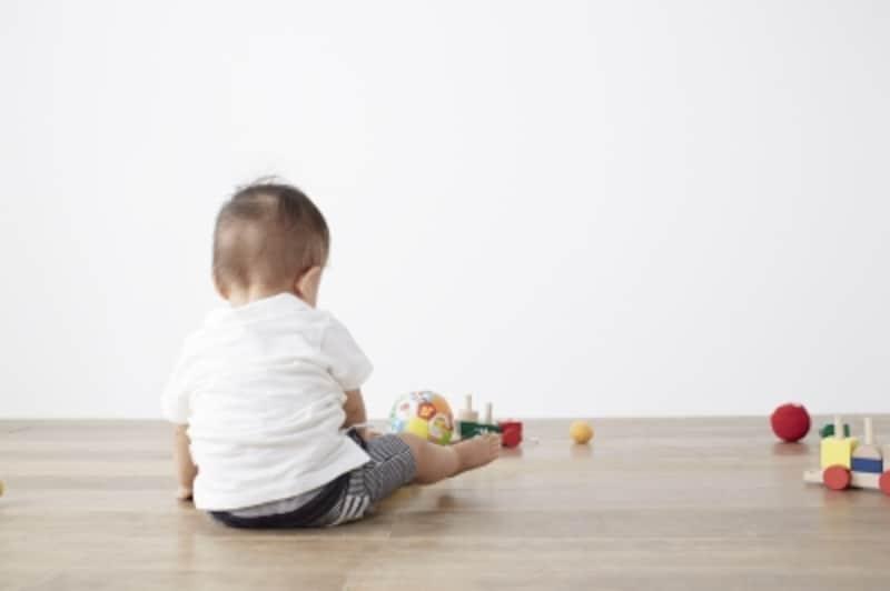 床で遊ぶ赤ちゃん