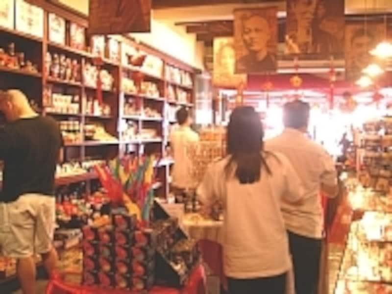 チャイナタウンで配り系土産を探すならパゴダストリートへ。まとめ買いで安くなるお店が多いので値段交渉をお忘れなく!