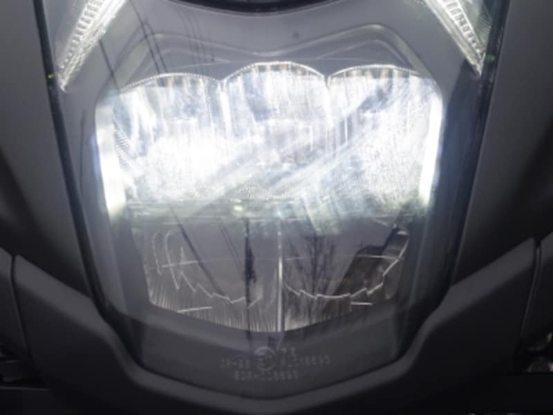 トリシティ155のLEDヘッドライトはロービームのときは上の三つのバルブが点灯