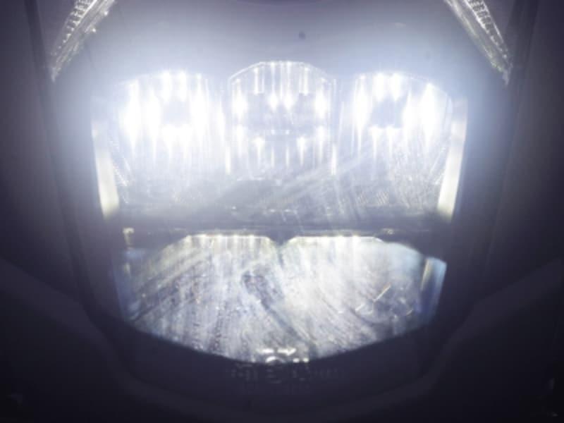 ハイビームの時は追加で下の二つのバルブが点灯する