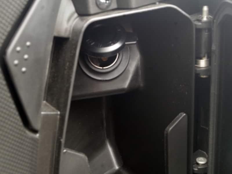 ハンドル右下にDCジャック内蔵の小物入れでスマホの充電などが可能