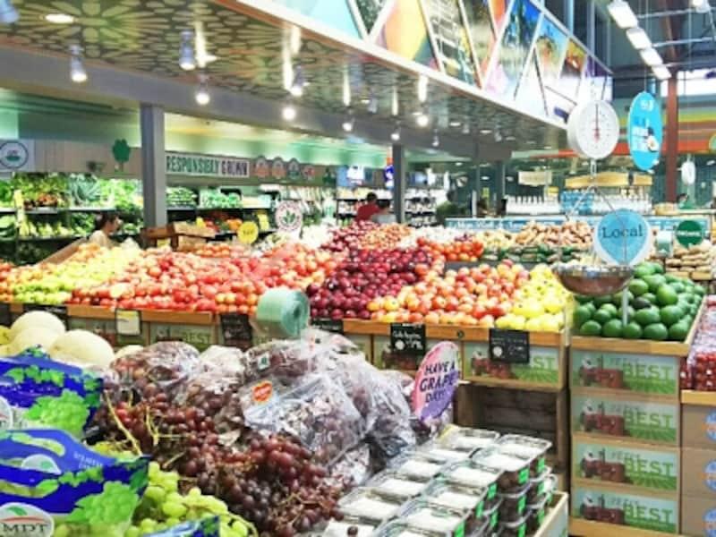 色とりどりの野菜やフルーツを見ているだけでも楽しいホールフーズ・マーケット