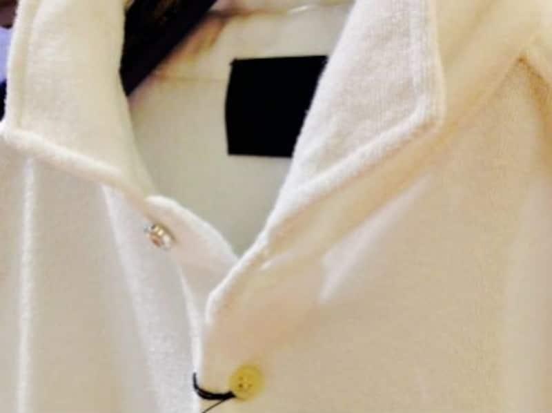写真はタオルのようなパイル生地のポロシャツ。素材感を活かした1枚でおしゃれなメンズファッションに。