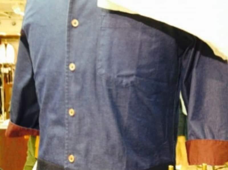 袖を折り返しているだけで、たくし上げていない7分袖シャツ。袖の寸が足らないという印象が強調されがちです。