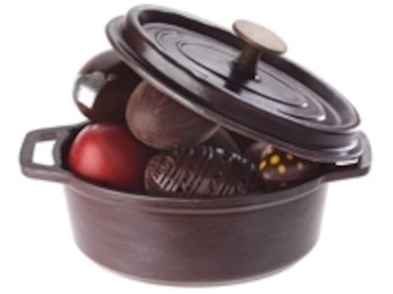 イースター用に作られたショコラのココット鍋に入った小さな卵ショコラ