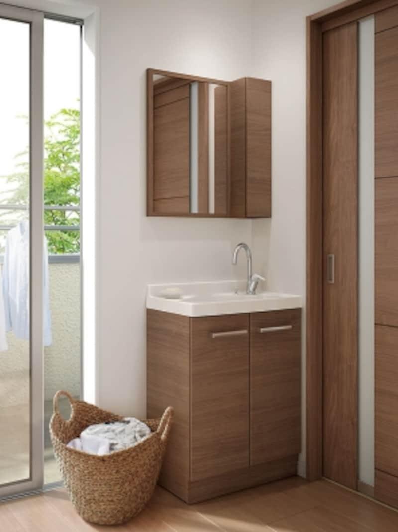 ベランダ近くにコンパクトな洗面台があると、洗濯や掃除などにも便利。[エスタ]undefinedLIXILundefinedhttp://www.lixil.co.jp/