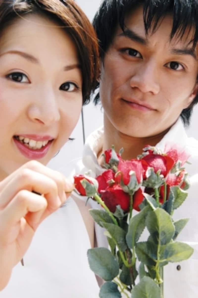 花を持つカップル