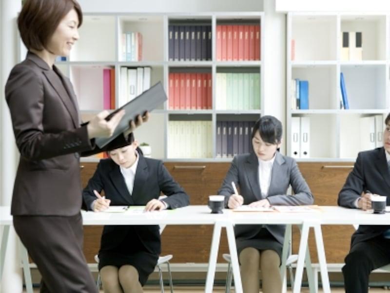 研修する女性