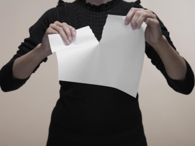 紙を破く女性