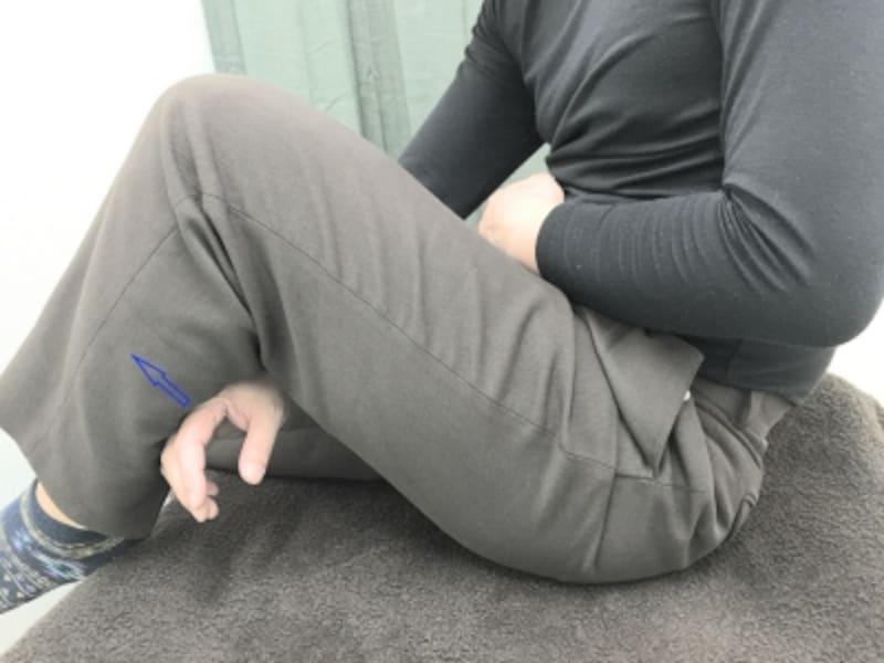 片膝を曲げて床に座る