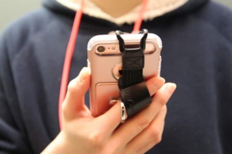 定番&人気の落下防止アイテムや耐衝撃性に優れるiPhoneケースを重ね掛け!