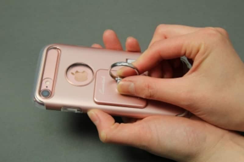 端末にケースに貼り付ける。ケースに貼る場合は接着部がざらついたり凸凹していないことを確認しよう