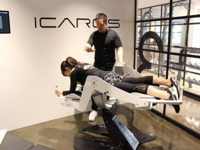 「ICAROS」に体を滑り込ませます