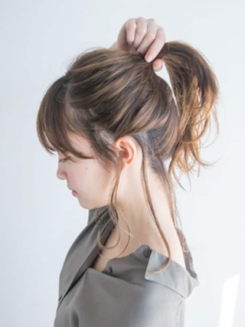 毛束を高い位置で結び直す