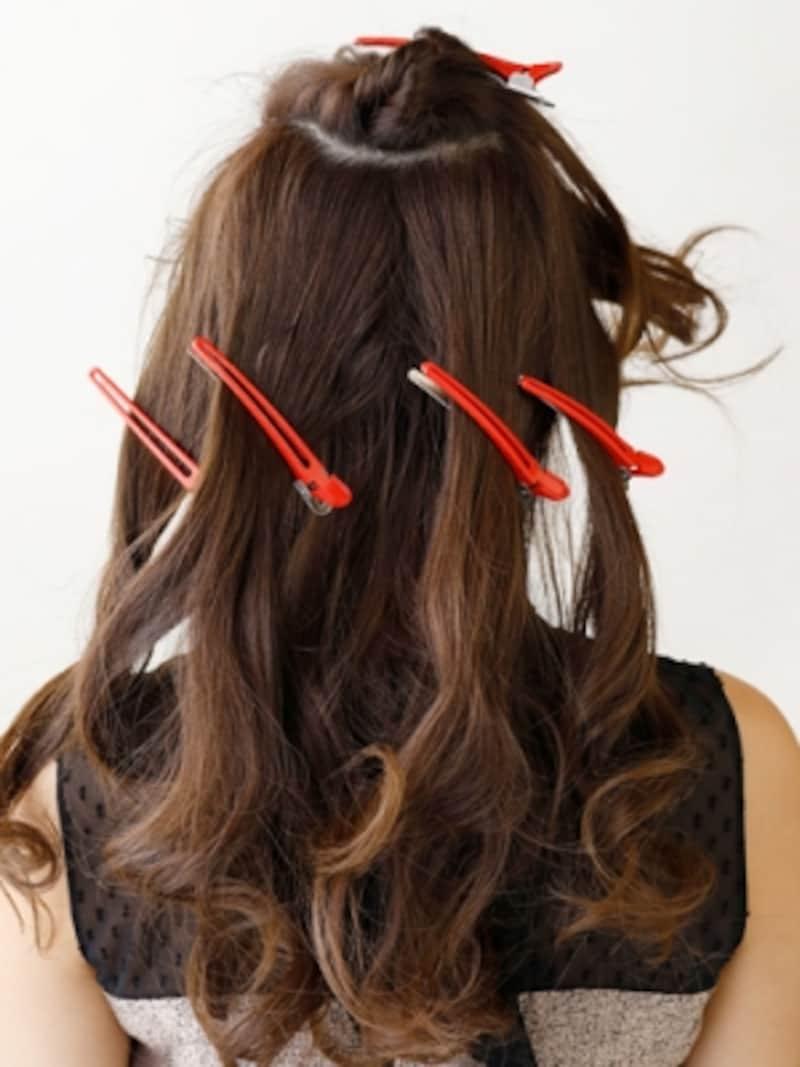 トップを「Uの字型」にとり、ハチまでの髪を4つに分ける