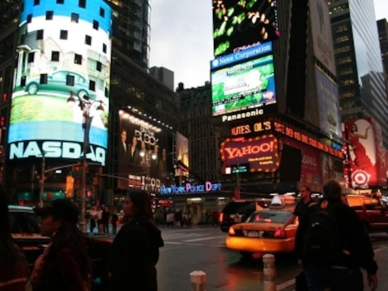 夜のニューヨーク。地元の人が遊んでいる間は歩いても問題なし!