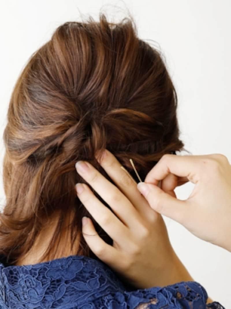 右サイドの髪をねじり編みしてピンで固定