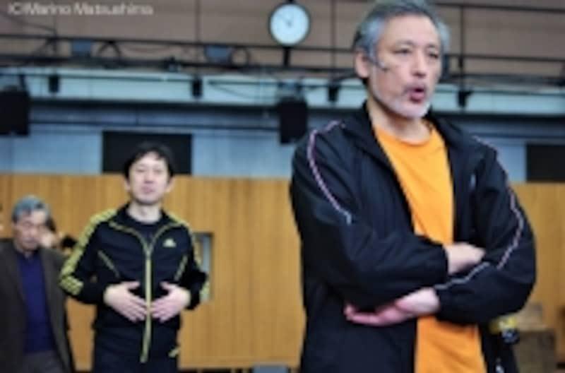 『オペラ座の怪人』稽古前に自然に列をなし、お一人ずつサウンドチェック。(C)MarinoMatsushima