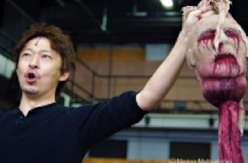 『オペラ座の怪人』稽古より冒頭の劇中オペラ「ハンニバル」。間近で見ると生首はかなり怖い。(C)MarinoMatsushima