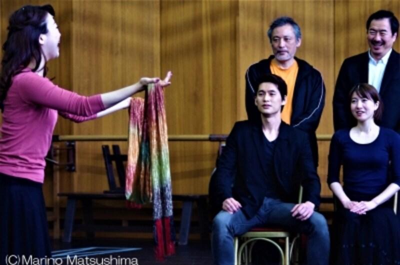 『オペラ座の怪人』稽古より、歌手としてデビューしたクリスティーヌが幼馴染であることにラウル子爵が気づくシーン。(C)MarinoMatsushima