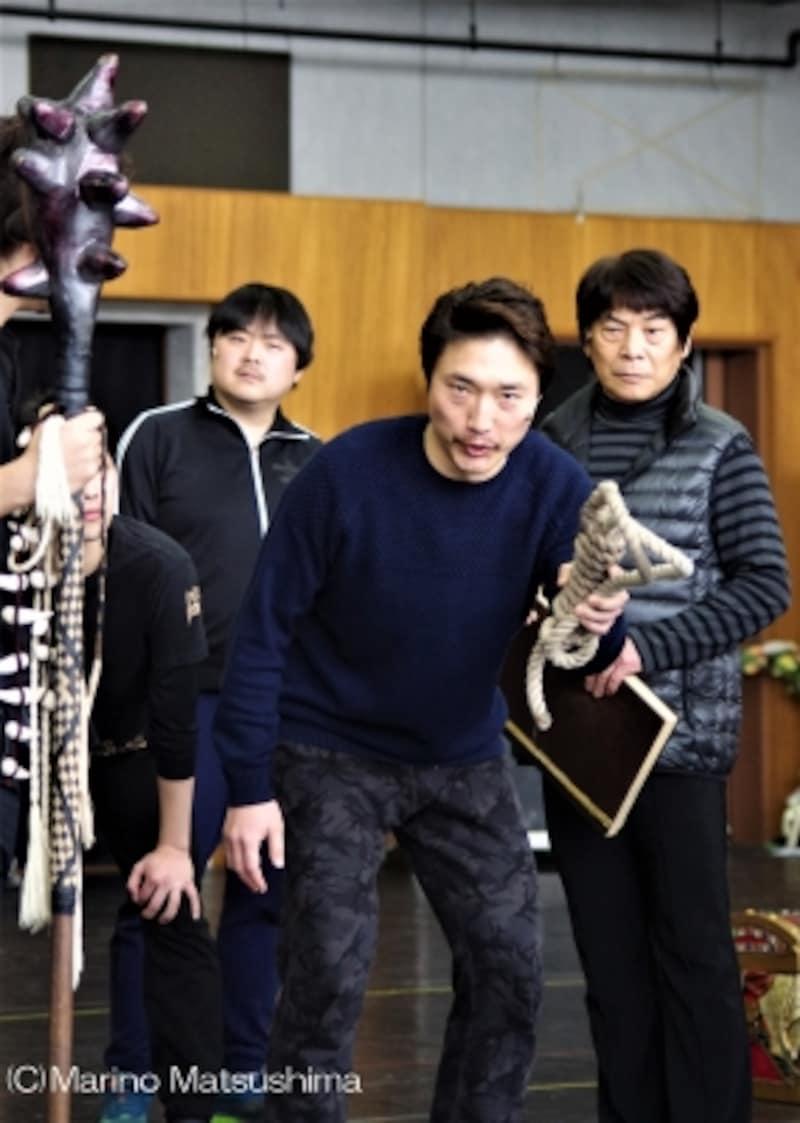 """『オペラ座の怪人』稽古より、ブケーが""""そんな目で~""""と歌うシーン。(C)MarinoMatsushima"""