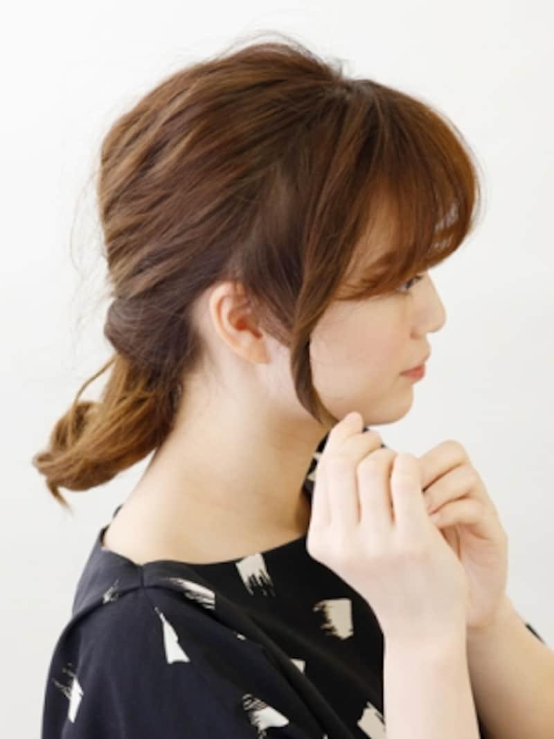 サイドの髪をねじり結び目にピンで固定【伸ばしかけミディアムの簡単シニヨン】
