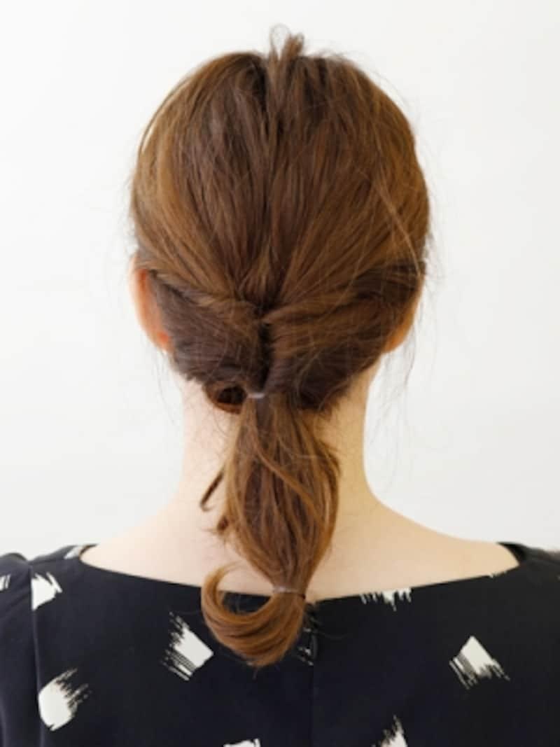 ひとつ結びの毛先をゴムで結ぶ【伸ばしかけミディアムの簡単シニヨン】