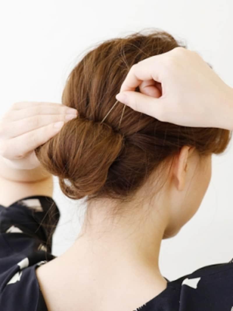 毛束を巻き上げて首の付け根あたりでピン留め【伸ばしかけミディアムの簡単シニヨン】