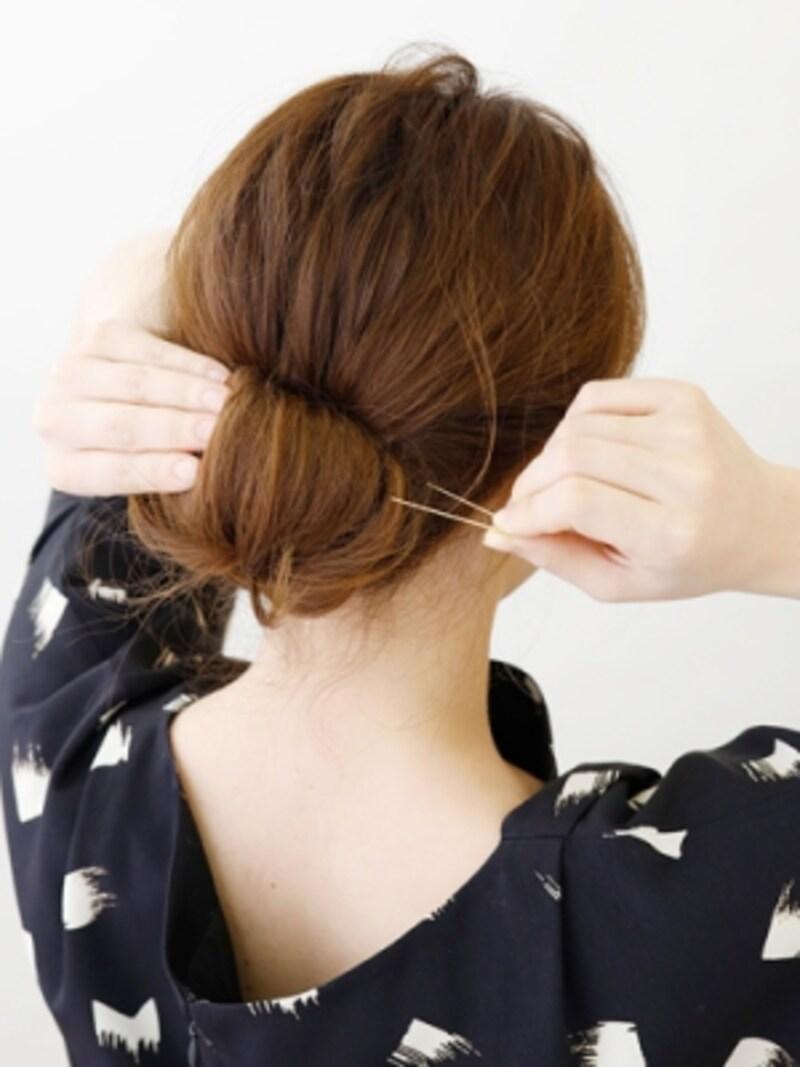 巻きあげた髪の内側が見えないように固定【伸ばしかけミディアムの簡単シニヨン】