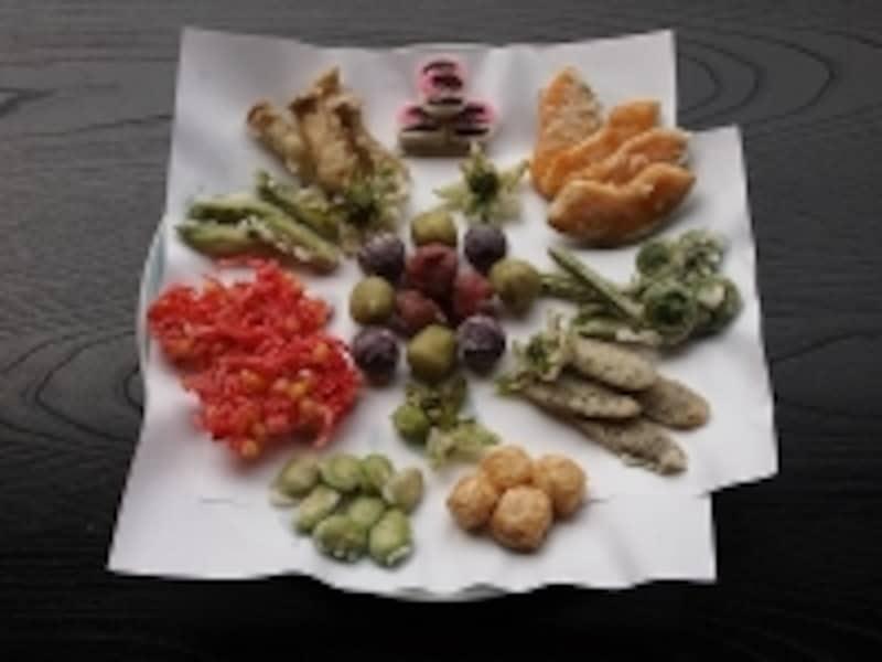 揚げ物各種。真ん中の丸いものは、梅干やサトイモ。左の赤いものは紅しょうがで、わたしの大好物
