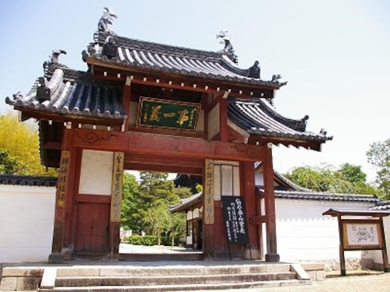 反り返った屋根が中国の寺を思わせる