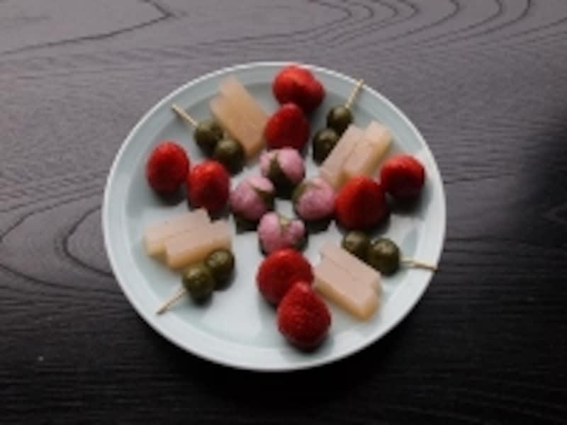 デザートは季節の果物とお菓子。みどり色の団子は、近く宇治の名物の茶団子